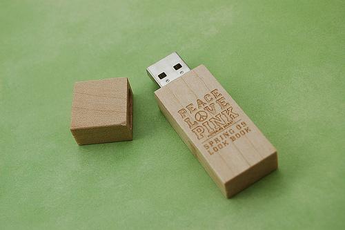 สั่งทำ ขายส่ง พรีเมี่ยม แฟลชไดร์ฟ Flash Drive รับทำโลโก้ สลักข้อความ ราคาถูก