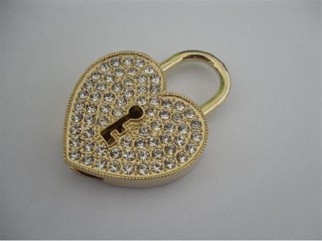 แฟลชไดร์ฟจิวเวลรี่รูปหัวใจ ประดับเพชร ตรงกลางเป็นรูรูปกุญแจ แบบหีบสมบัติ