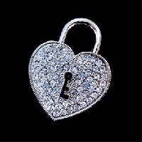 รับทำ แฟลชไดร์ฟจิวเวลรี่รูปหัวใจ ประดับเพชร ตรงกลางเป็นรูรูปกุญแจ แบบหีบสมบัติ
