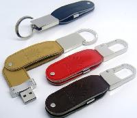 พวงกุญแจแฟลชไดร์ฟโลหะราคาส่ง เคสหนังคุณภาพดี ปั๊มโลโก้ ดีไซน์ตะขอ